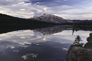 mount rundle en twee jack lake foto