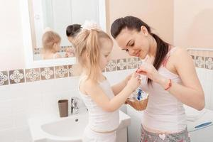 moeder en dochter in de badkamer foto