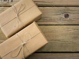 pakketten verpakt in bruin papier en touw foto