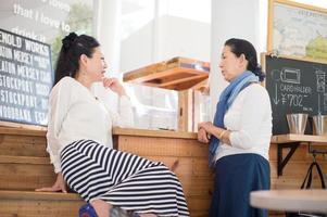 twee vrouwen praten met elkaar foto