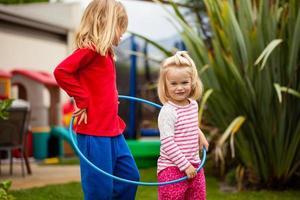 twee kleine meisjes in een hoelahoep foto