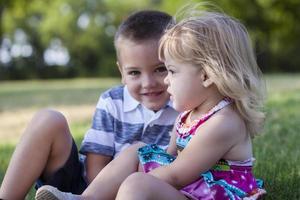 broers en zussen in het park foto