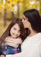 moeder en dochter hebben plezier in de herfst foto