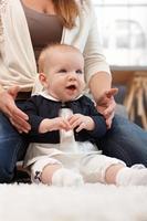 babymeisje, zittend op de vloer foto