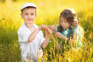 portret van een jongen en meisje in de zomer