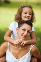 moeder en dochter omarmen foto