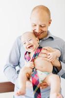 baby die een stropdas draagt foto