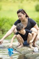jonge Aziatische moeder en dochter binding door de rivier foto