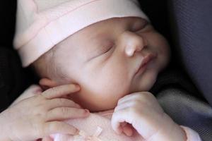 slapende pasgeboren baby foto
