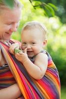 baby in draagdoek foto