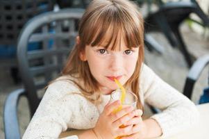 klein meisje in een café foto