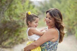 brunette moeder en dochter lachen