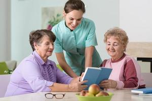 verpleegster en oudere vrouwen foto