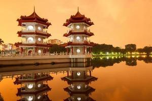 twin pagodes weerspiegelen in vijver foto