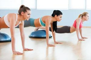 vrouwen die push-ups doen. foto