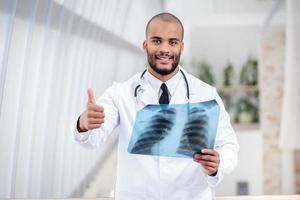 heb je gezonde longen. portret van een arts foto