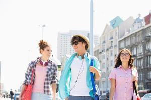 jonge volwassenen socializen in de stedelijke stad foto