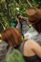 twee toeristische meisjes poseren voor foto
