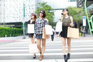winkelende meisjes foto