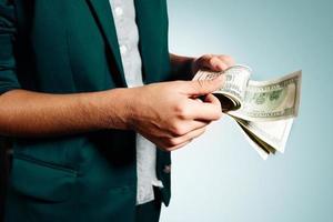 close-up portret succesvolle zakenvrouw geld tellen. isola foto