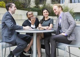 gelukkige mensen uit het bedrijfsleven op een pauze foto