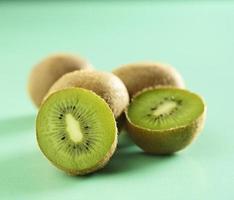 kiwi's op groene achtergrond foto