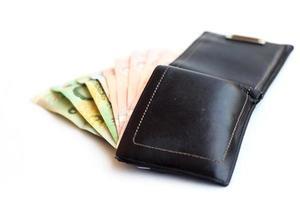 portemonnee geld geïsoleerd op een witte achtergrond foto
