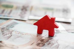 klein huis op Thailand geld achtergrond foto
