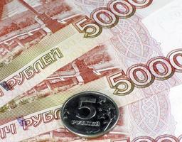 stapel geld obligatie en munt foto