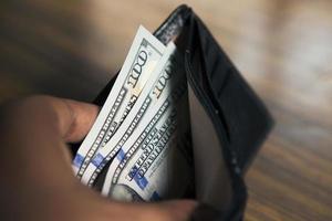 handen met geld in een portemonnee. foto