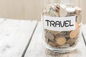 geld pot met munten op houten tafel foto