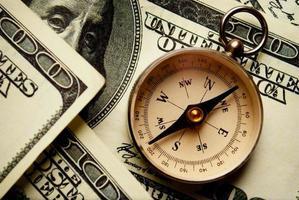 magnetisch kompas op Amerikaanse dollar biljetten foto