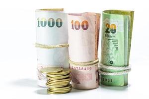 Thaise geldbankbiljetten op witte achtergrond. foto