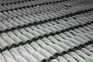 gestapelde wijnflessen in de kelder foto