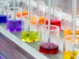 kleurrijke kleurstof in het mengproces