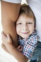 schattige kleine jongen houdt de hand van zijn vader.