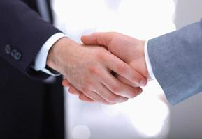 zakenlieden handen schudden, geïsoleerd op wit. foto