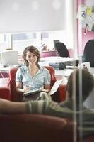 zakenvrouw en man in vergadering foto