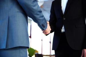 twee zakenman handenschudden foto