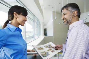 gelukkige mensen uit het bedrijfsleven kijken elkaar aan foto