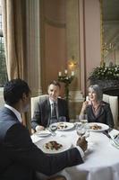 ondernemers praten aan restaurant tafel foto