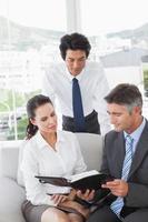 business team kijken naar werkschema's foto
