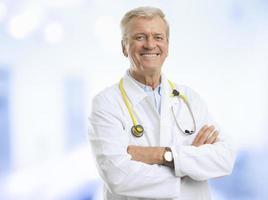 lachende volwassen mannelijke arts foto