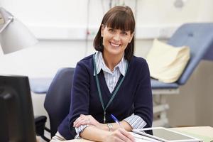portret van vrouwelijke consultant werken bij de balie in kantoor foto