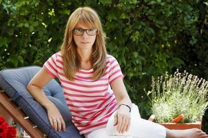 volwassen vrouw in de tuin foto