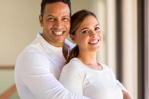 midden leeftijd man knuffelen zijn vriendin foto