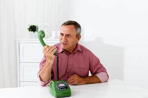 radeloze volwassen man aan de telefoon, portret