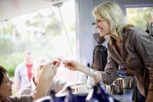 vrouw koffie serveren in voedsel kar foto