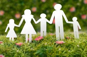 familie van papier op gras foto