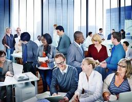 multi-etnische groep van mensen uit het bedrijfsleven werken foto